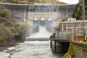 天ケ瀬発電所の放水の写真素材 [FYI04490618]