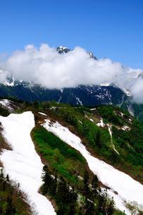 爺ヶ岳稜線より雲海の剣岳を望むの写真素材 [FYI04490657]