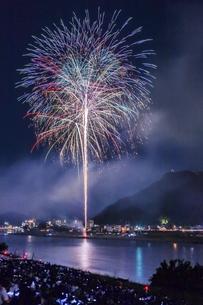 遠くに岐阜城を見る長良川の花火の写真素材 [FYI04490793]