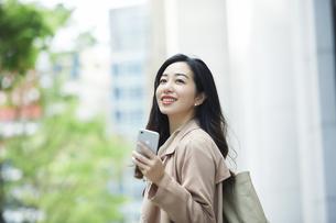 笑顔のビジネスウーマンの写真素材 [FYI04490874]