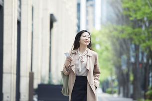 笑顔のビジネスウーマンの写真素材 [FYI04490876]