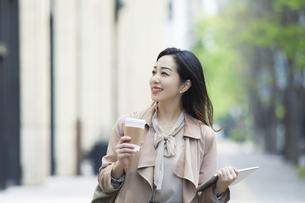 笑顔のビジネスウーマンの写真素材 [FYI04490877]