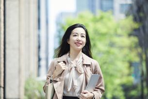 笑顔のビジネスウーマンの写真素材 [FYI04490890]