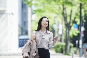 笑顔のビジネスウーマンの写真素材 [FYI04490905]