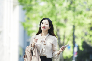 笑顔のビジネスウーマンの写真素材 [FYI04490911]