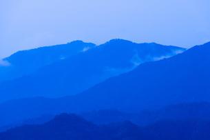 早朝の山並みの写真素材 [FYI04491002]