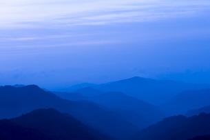 早朝の山並みの写真素材 [FYI04491003]
