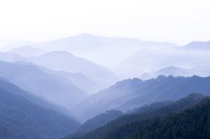 早朝の山並みの写真素材 [FYI04491005]