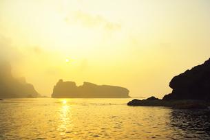 世界自然遺産 小笠原諸島妹島の海岸と朝日の写真素材 [FYI04491064]