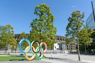新国立競技場と五輪シンボルのモニュメントの写真素材 [FYI04491073]