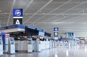 新型コロナウイルスのパンデミックにより閑散とする成田国際空港の写真素材 [FYI04491075]