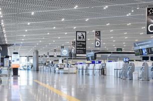 新型コロナウイルスのパンデミックにより閑散とする成田国際空港の写真素材 [FYI04491076]