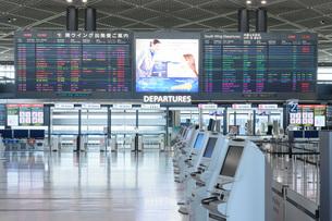 新型コロナウイルスのパンデミックにより閑散とする成田国際空港の写真素材 [FYI04491077]