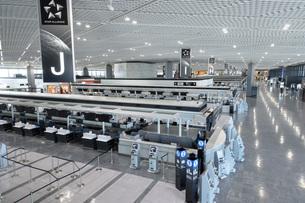 新型コロナウイルスのパンデミックにより閑散とする成田国際空港の写真素材 [FYI04491078]