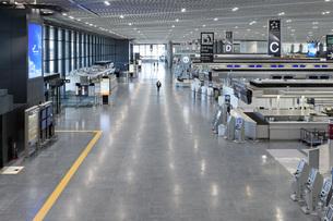 新型コロナウイルスのパンデミックにより閑散とする成田国際空港の写真素材 [FYI04491080]
