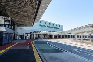 新型コロナウイルスのパンデミックにより閑散とする成田国際空港の写真素材 [FYI04491081]