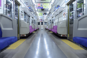 新型コロナウイルスの影響で乗客のいなくなった電車の写真素材 [FYI04491082]