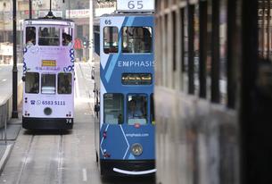 香港の街を行く路面電車トラム。英国植民地時代から走り続ける香港庶民の足。の写真素材 [FYI04491326]