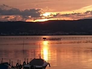 諏訪湖の夕焼けの写真素材 [FYI04491401]
