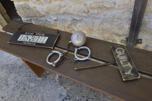 オーストラリア・西オーストラリア州・フリーマントルにある西オーストラリア州最古の建物のラウンド・ハウス。手錠などの展示品。植民地時代の1831年に刑務所として建てられた歴史的建造物の写真素材 [FYI04492024]