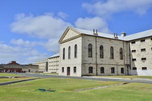 オーストラリア・西オーストラリア州フリーマントルに1850年代に西オーストラリア州最初の監獄として建てられ2010年に世界遺産になった旧フリーマントル刑務所の敷地内にある監獄などの一棟の写真素材 [FYI04492098]