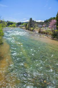 新緑の寒河江川の写真素材 [FYI04492251]