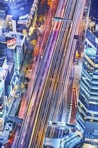 道路を流れる車のヘッドライトの写真素材 [FYI04492498]