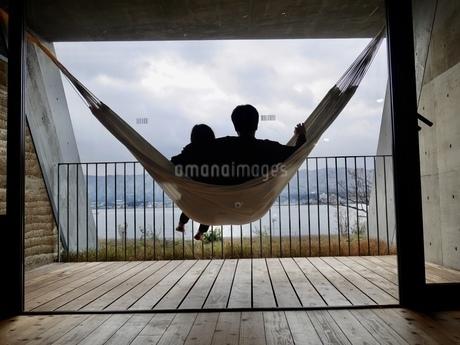 ハンモックと彼と私の写真素材 [FYI04492641]