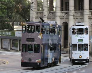 香港の街を行く路面電車トラム。英国植民地時代から走り続ける香港庶民の足。の写真素材 [FYI04493042]