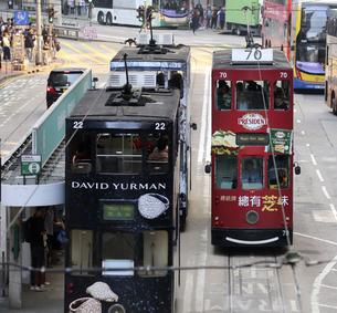 香港の街を行く路面電車トラム。英国植民地時代から走り続ける香港庶民の足。の写真素材 [FYI04493043]