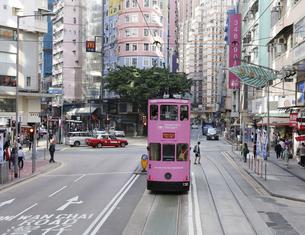 香港の街を行く路面電車トラム。英国植民地時代から走り続ける香港庶民の足。の写真素材 [FYI04493044]