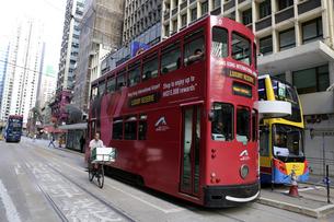 香港の街を行く路面電車トラム。英国植民地時代から走り続ける香港庶民の足。の写真素材 [FYI04493045]
