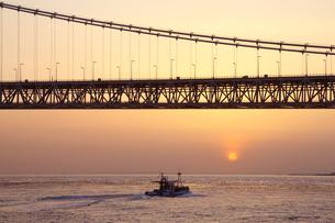 瀬戸内海の明石大橋の夕景の写真素材 [FYI04493155]