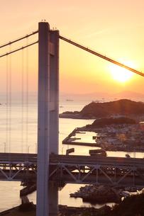 瀬戸大橋の夕景の写真素材 [FYI04493157]