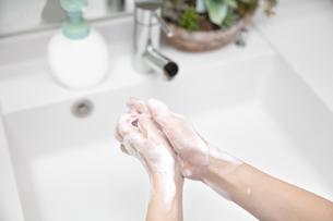 手洗い ハンドソープ 除菌 洗面所の写真素材 [FYI04493192]