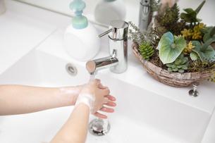 手洗い ハンドソープ 除菌 洗面所の写真素材 [FYI04493199]