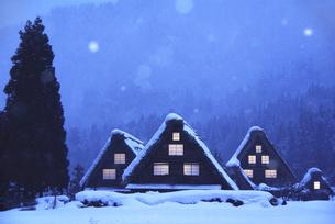 世界文化遺産 冬の白川郷に窓明かりの写真素材 [FYI04493251]