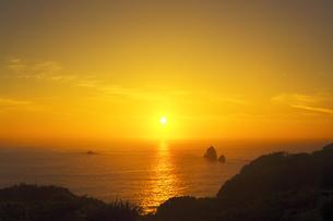世界自然遺産 小笠原諸島母島の夕日の写真素材 [FYI04493255]