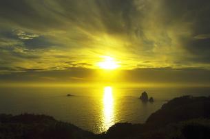 世界自然遺産 小笠原諸島母島の夕日の写真素材 [FYI04493257]