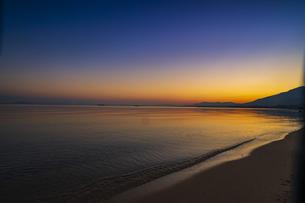 滋賀県 夕暮れの琵琶湖の写真素材 [FYI04493917]