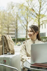 テラス席でパソコンを使う20代女性の写真素材 [FYI04494104]