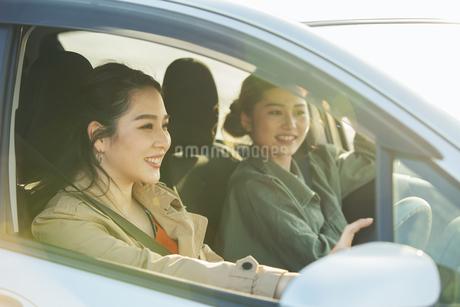 ドライブを楽しむ20代女性2人の写真素材 [FYI04494149]