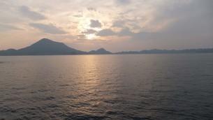 愛媛の海と夕日の写真素材 [FYI04494228]