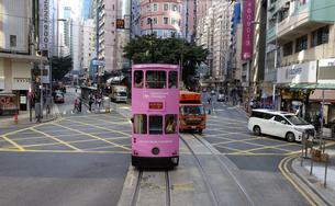 香港の街を行く路面電車トラム。英国植民地時代から走り続ける香港庶民の足。の写真素材 [FYI04494290]