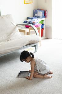 タブレットで動画を見ている女の子の写真素材 [FYI04494334]