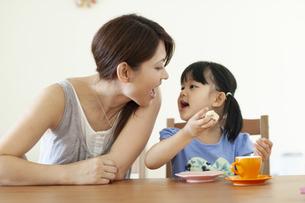 口開けている親子の写真素材 [FYI04494345]