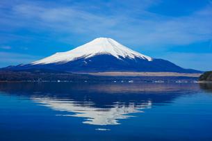 山中湖 湖畔から富士山(逆さ富士)の写真素材 [FYI04494368]