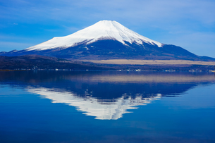 山中湖の湖畔から富士山(逆さ富士)の写真素材 [FYI04494371]