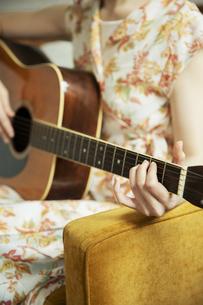 演奏する女性の手元の写真素材 [FYI04494484]