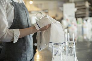 グラスを拭く女性の手元の写真素材 [FYI04494546]